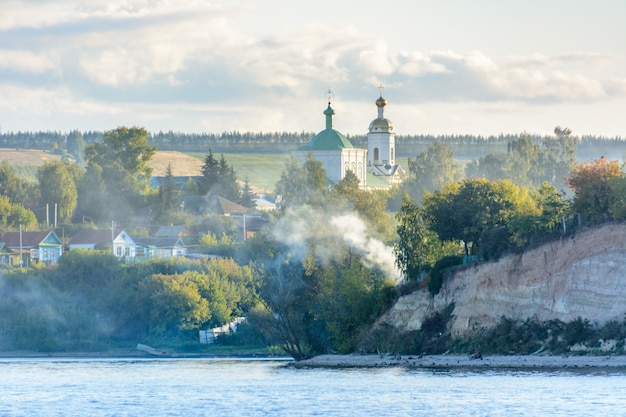 Rusia, kazán - 12 de septiembre de 2020. el pequeño pueblo a orillas del río volga cubierto de niebla en la región central del volga en la república de tartaristán.