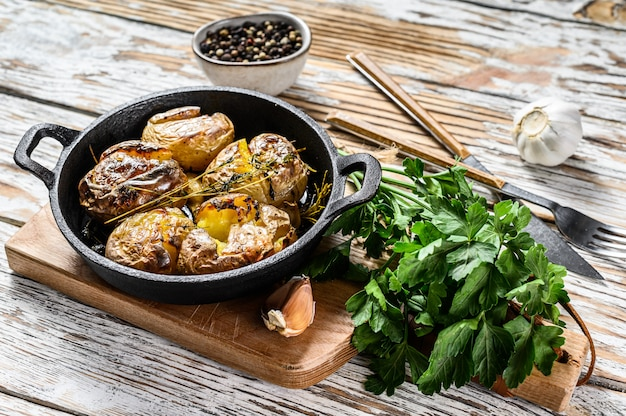 Rústico al horno patatas al romero. vegetales orgánicos. fondo blanco. vista superior