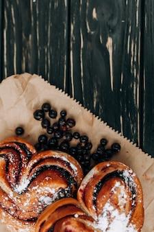 Rústico con pastel de bayas actual negro sobre fondo de madera negro.