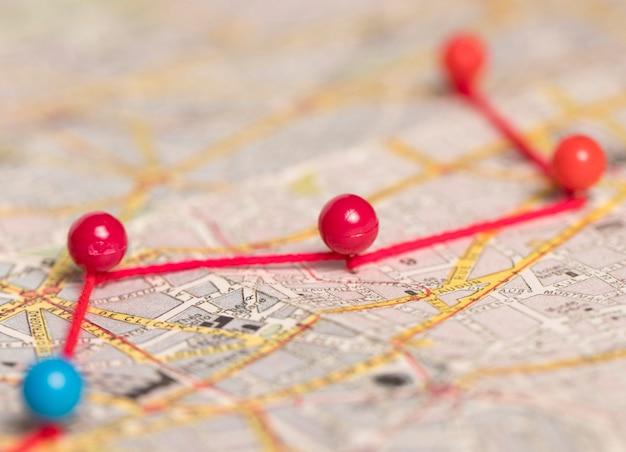 Ruta de chinchetas en mapa vintage