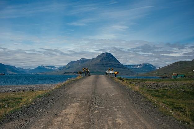 Ruta de montaña de grava desde islandia.