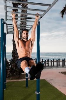 Rutina de actividad de entrenamiento de hombre guapo
