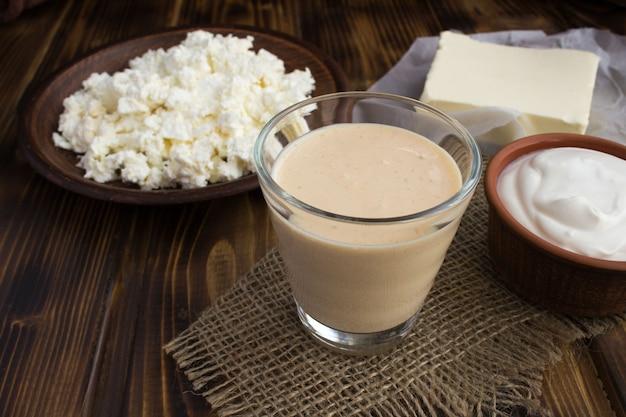 Ryazhenka casera, crema agria, requesón y mantequilla