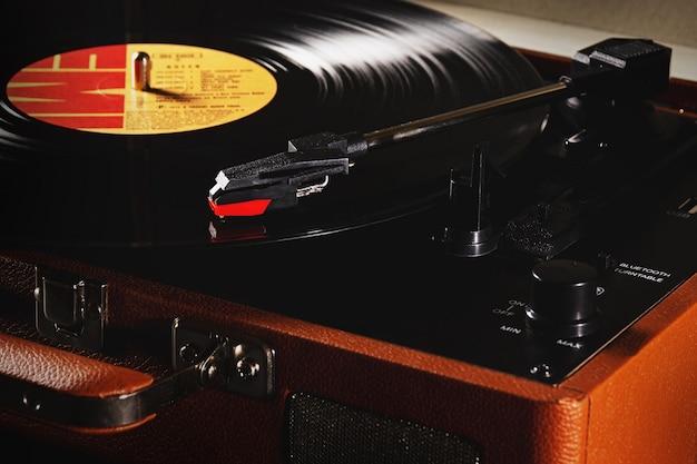 Sã £ o luãs, maranhã £ o, brasil. 23 de marzo de 2021: vitrola retro modelo raveo con disco de vinilo de la banda de rock queen