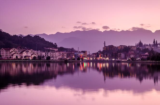 Sa pa, una ciudad en las montañas al atardecer: dulce estado de ánimo