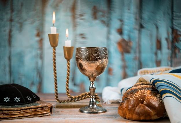 Sábado festividad judía jalá pan y candelas en mesa de madera