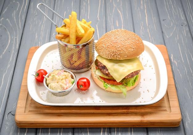 Sabrosa y apetitosa hamburguesa con queso. en una mesa de madera