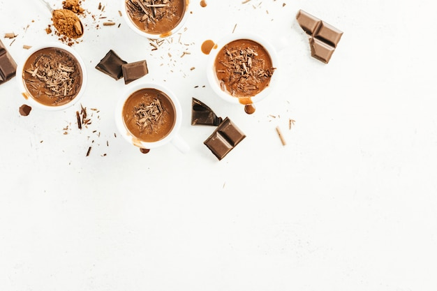 Sabrosa bebida de chocolate caliente en tazas pequeñas.