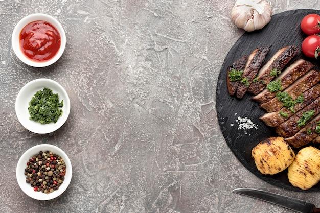 Sabrosa carne cocida con salsa