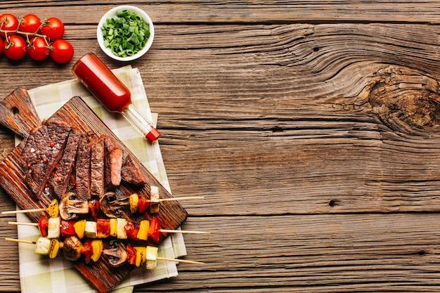 Sabrosa carne a la parrilla y brocheta con salsa de tomate.