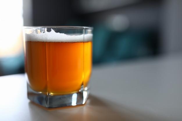 Sabrosa cerveza refrescante en la mesa