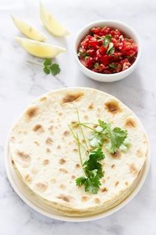Sabrosa comida casera vegetariana de tortillas, salsa y garbanzos.