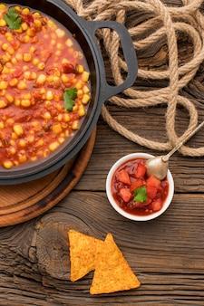 Sabrosa comida mexicana con nachos y salsa