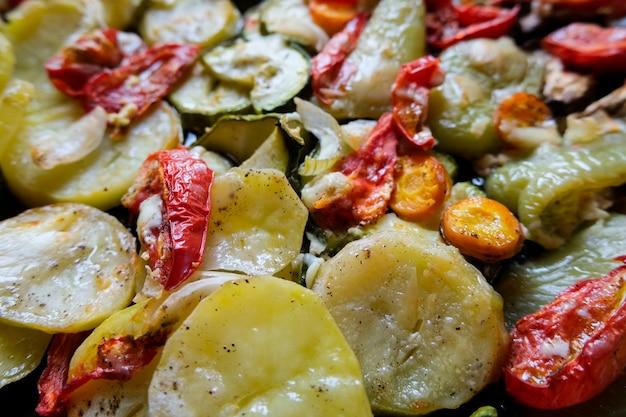 Sabrosa comida de verano. verduras asadas: calabacín, pimientos, zanahorias y papas.