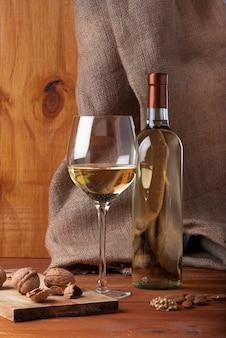 Sabrosa copa de vino y botella.