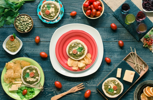Sabrosa y deliciosa bruschetta con aguacate, tomate, queso, hierbas, papas fritas y licor.
