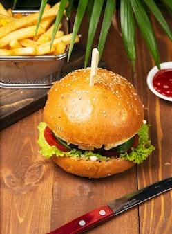 Sabrosa hamburguesa con carne con papas fritas