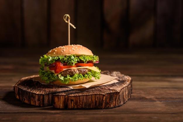 Sabrosa hamburguesa casera a la parrilla con carne de res