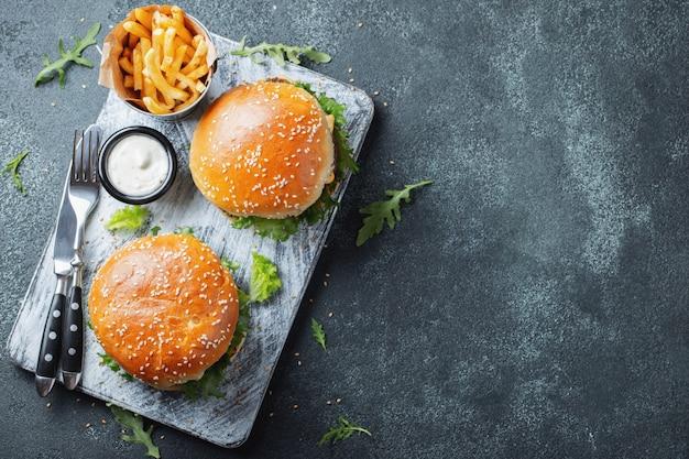 Sabrosa hamburguesa casera a la parrilla con carne.
