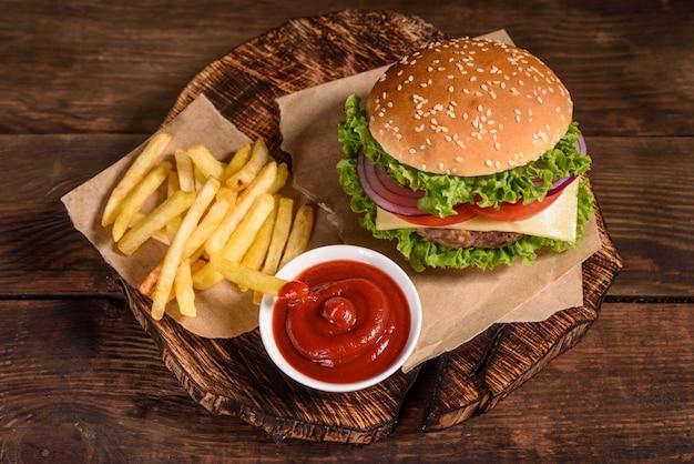 Sabrosa hamburguesa casera a la parrilla