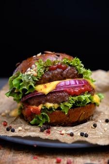 Sabrosa hamburguesa doble a la parrilla con pimiento y ensalada