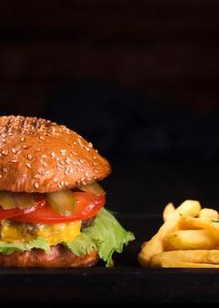 Sabrosa hamburguesa con queso con papas fritas