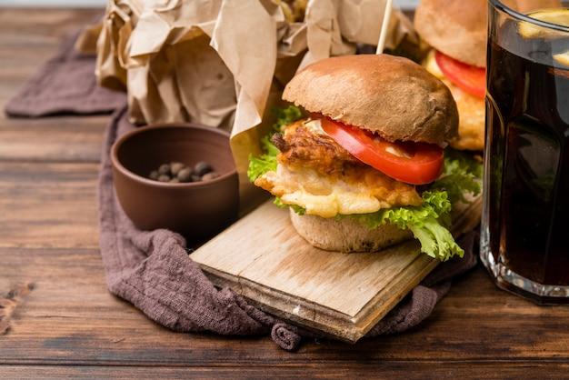 Sabrosa hamburguesa con refresco en bicarbonato de madera