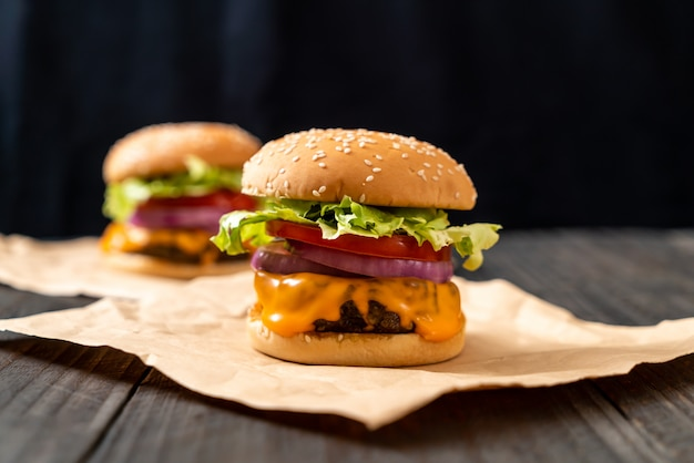 Sabrosa hamburguesa de ternera fresca con queso y papas fritas