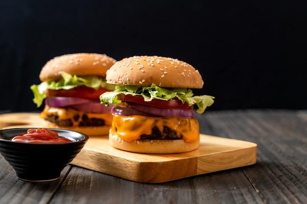 Sabrosa hamburguesa de ternera fresca con queso y salsa de tomate