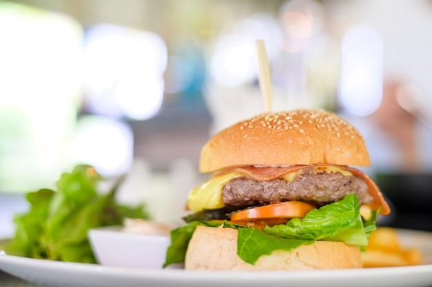 Sabrosa hamburguesa de ternera servida en un plato con salsas y lechuga