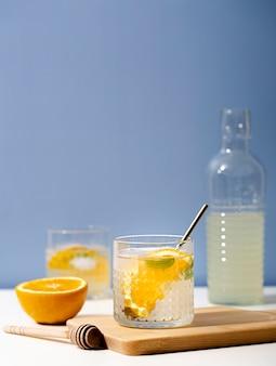 Sabrosa limonada con rodaja de naranja