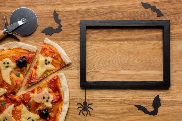Sabrosa pizza con cortador y marco