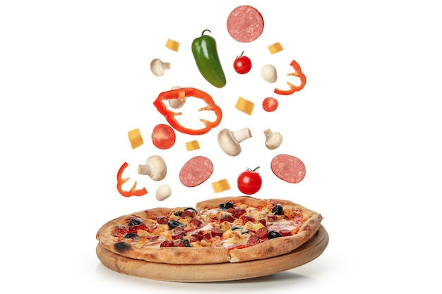 Sabrosa pizza e ingredientes aislados en blanco