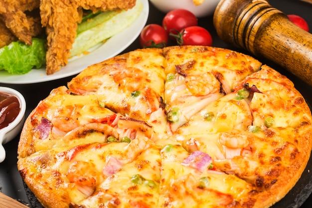 Sabrosa pizza fresca con mariscos en la mesa,