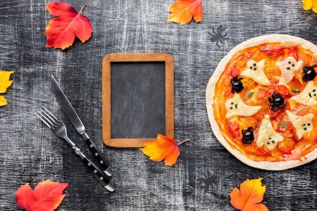 Sabrosa pizza de halloween con marco de maqueta