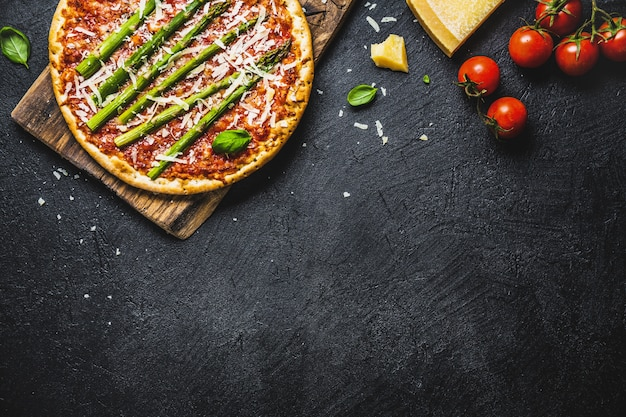 Sabrosa pizza italiana con salsa de tomate y parmesano.