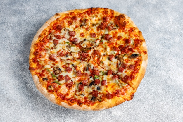 Sabrosa pizza de pepperoni con setas y especias.