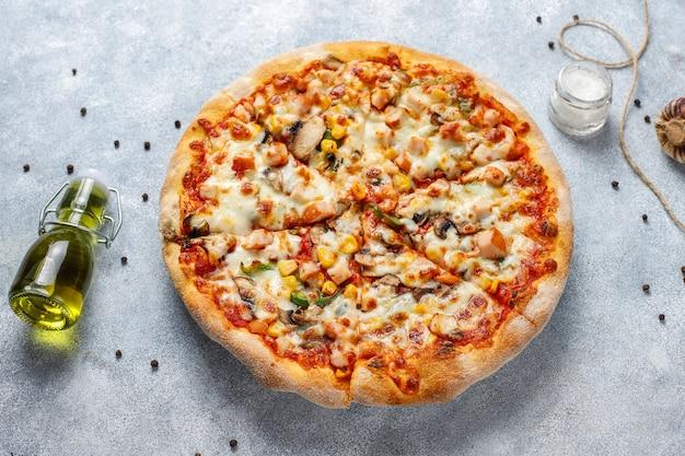 Sabrosa pizza de pollo con champiñones y especias.