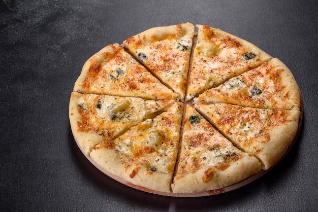 Sabrosa pizza recién horneada con tomates, queso y champiñones. cocina italiana