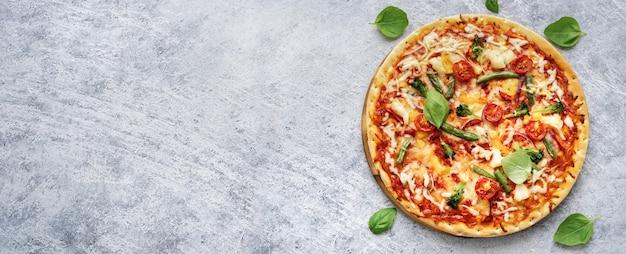 Sabrosa pizza vegetariana sobre fondo azul claro