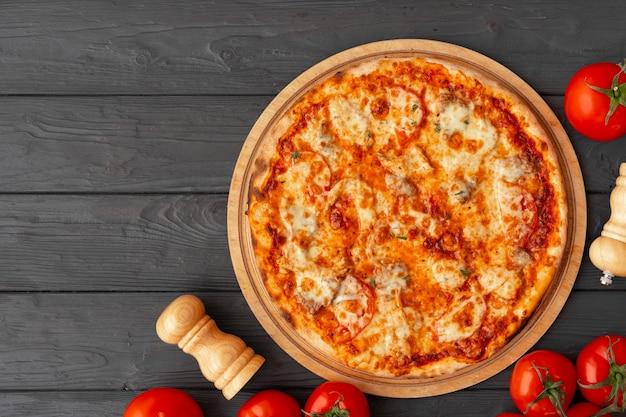 Sabrosa pizza en la vista superior de madera negra