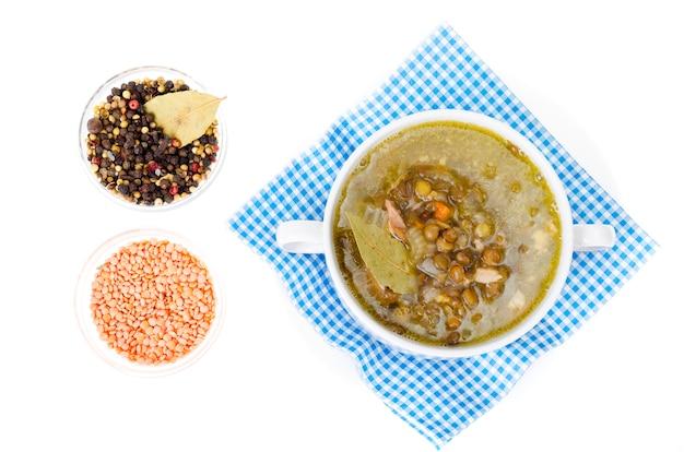 Sabrosa sopa caliente con lentejas y apio