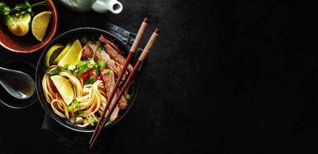 Sabrosa sopa clásica asiática con fideos y carne