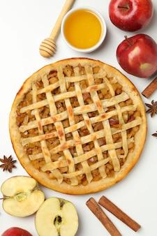 Sabrosa tarta de manzana sobre fondo blanco