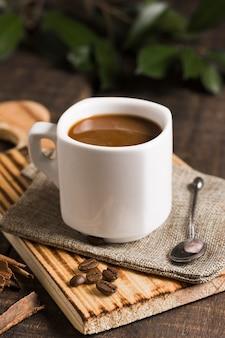 Sabrosa taza de café alta vista