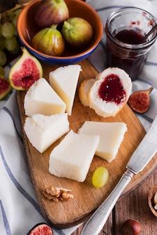 Sabrosa variedad de aperitivos y queso en una mesa