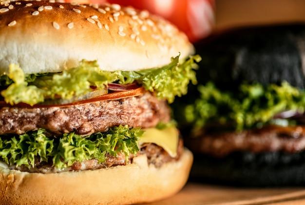 Sabrosas hamburguesas en tablero de madera