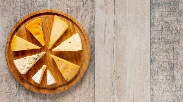 Sabrosas lonchas de queso sobre una mesa