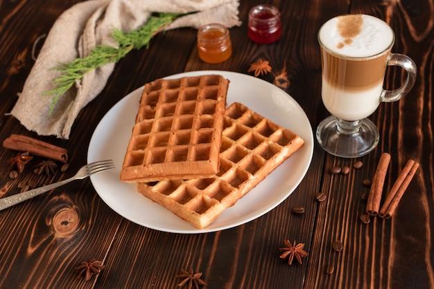 Sabrosas obleas frescas de viena, mermelada y taza de café