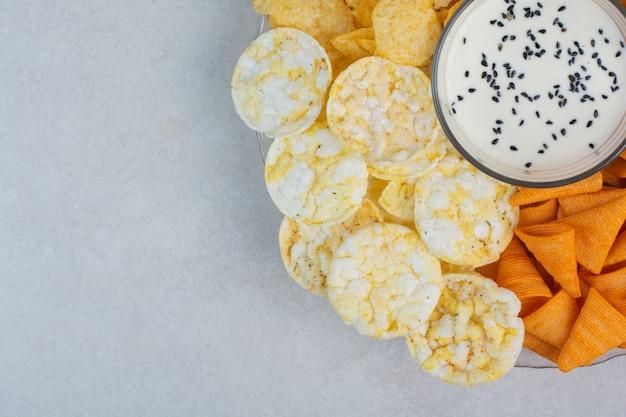 Sabrosas patatas fritas crucnhy con yogur sobre fondo blanco. foto de alta calidad